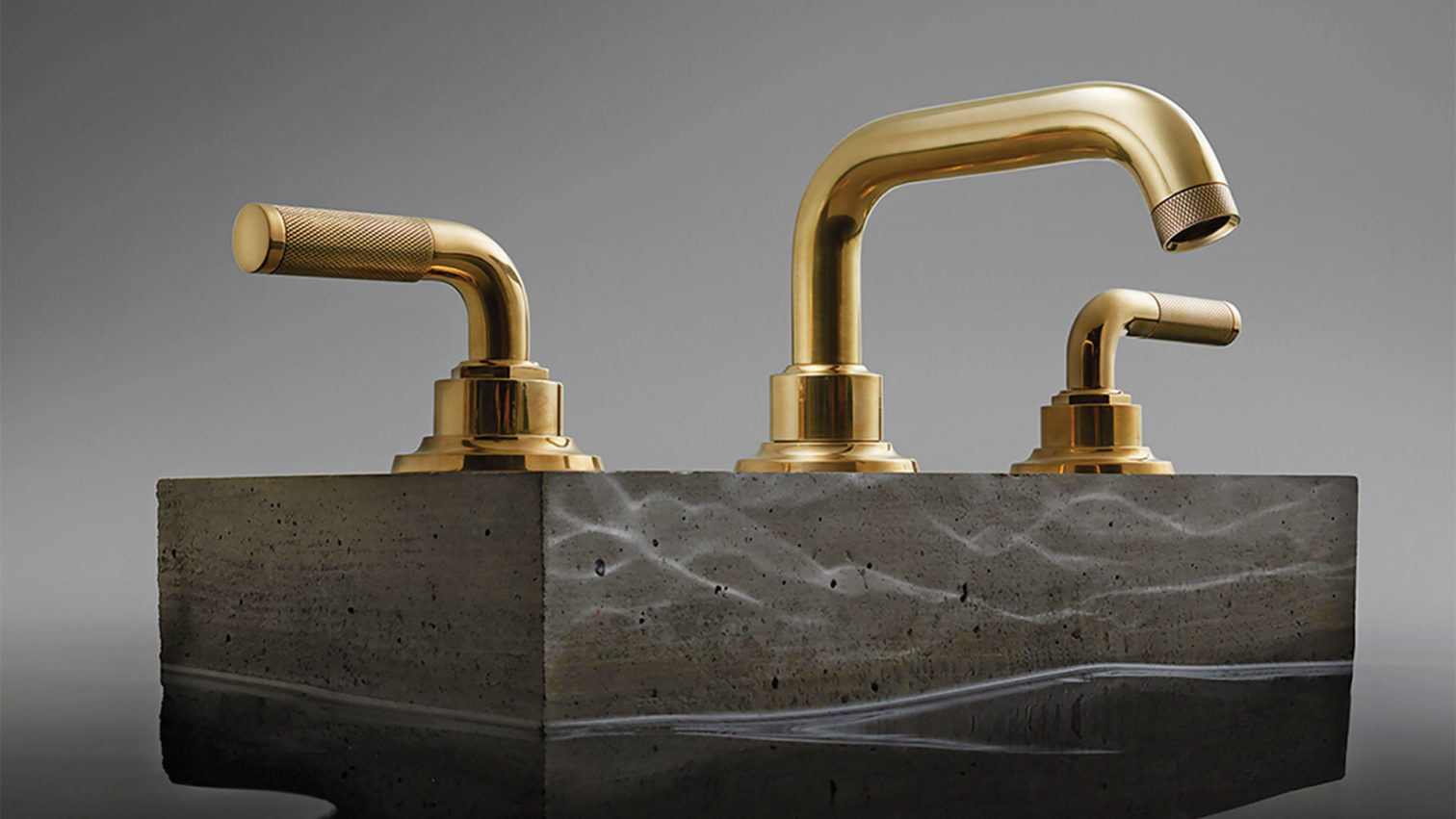 Descanso Widespread faucet in satin brass
